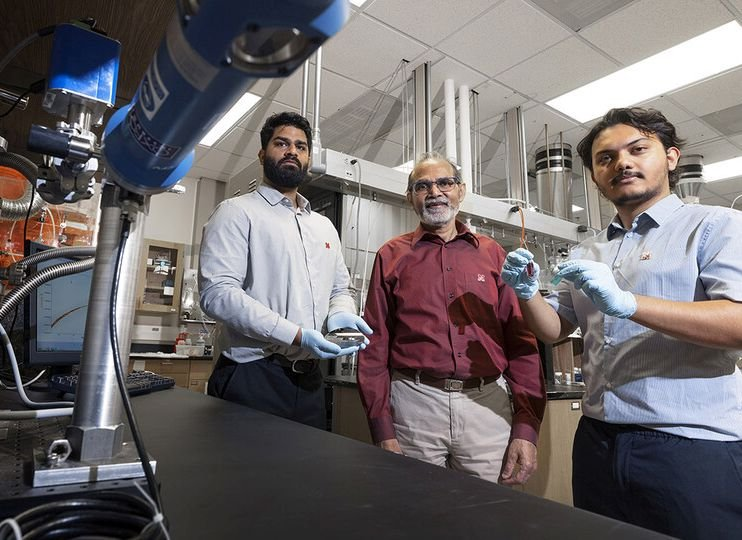 Researcher advances work on first-of-its-kind 'living' transistor chip